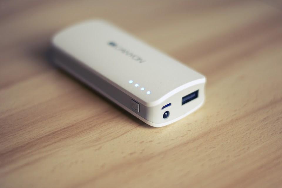 Мобільна батарея з ліхтариком та індикатором рівня заряду