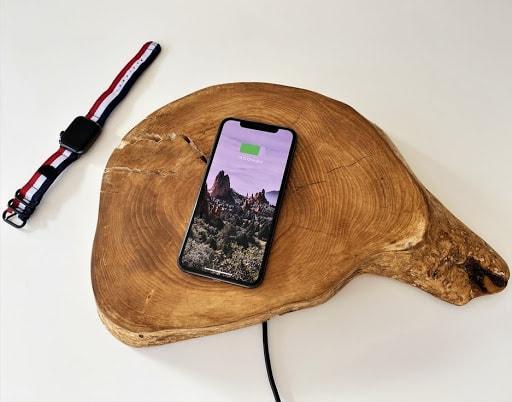 Безпровідний зарядний пристрій у дерев'яній поверхні